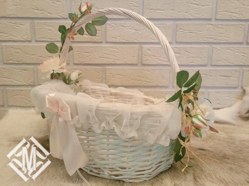 Корзина, украшенная цветами и лентами.